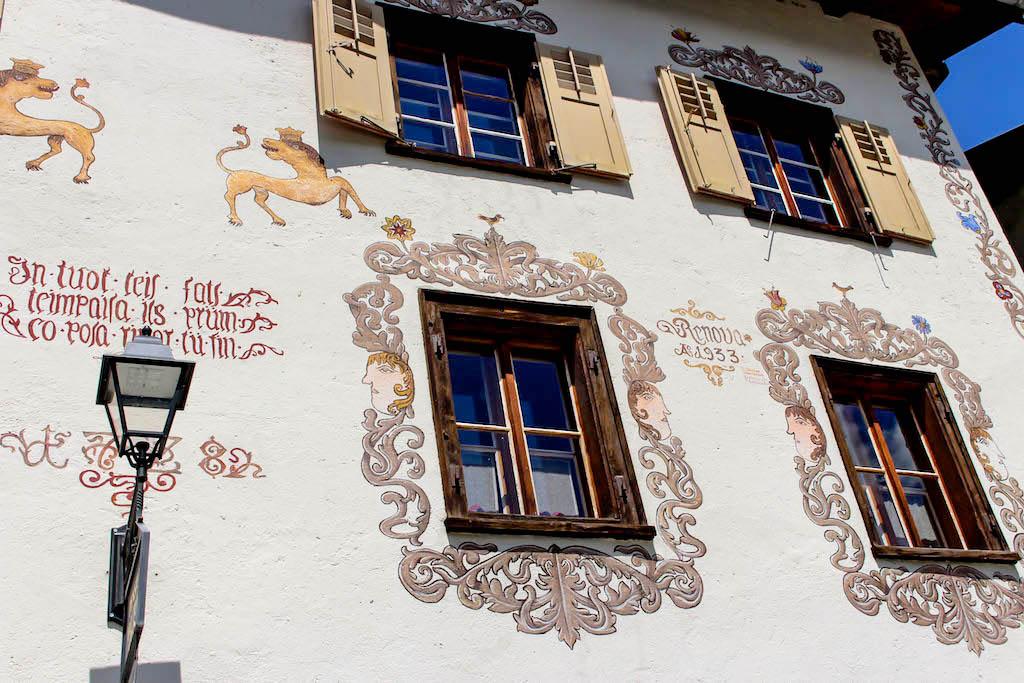 Fassade in Guarda, Graubünden.