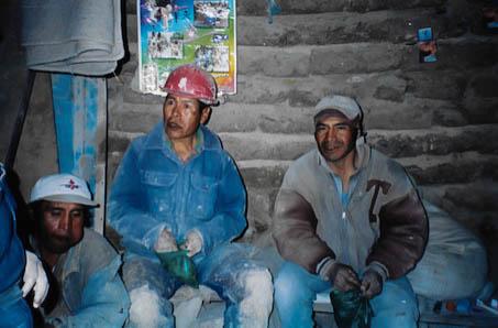 Cocablätter kauen, Hauptbeschäftigung der Bolivianer.
