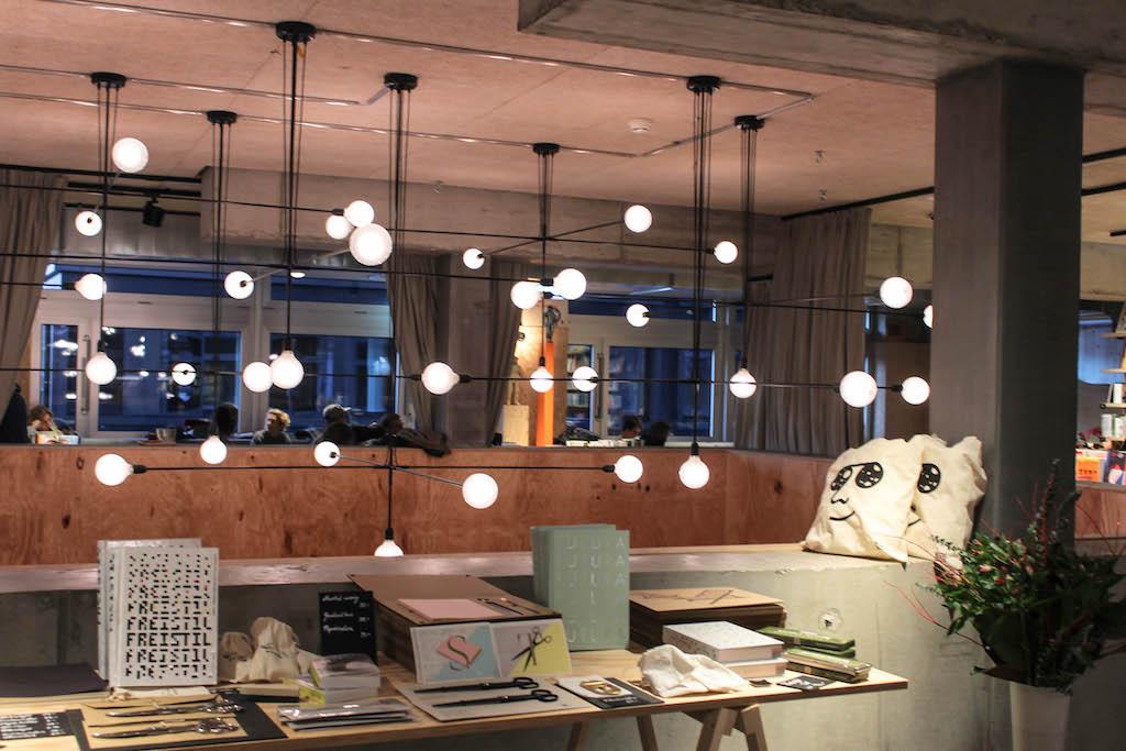 Buchsalon des Kosmos in Zürich.