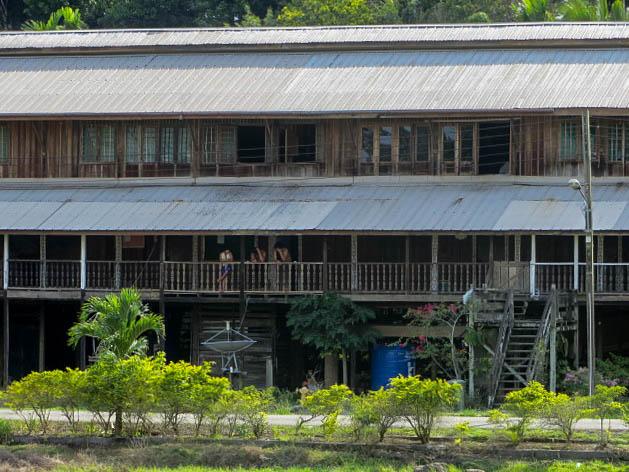 Ein Langhaus auf Borneo, Malaysia.