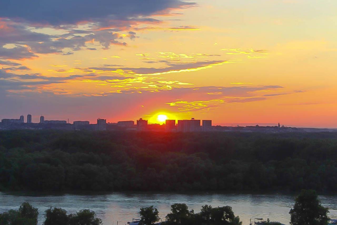 Die Sonne verschwindet hinter Belgrad.