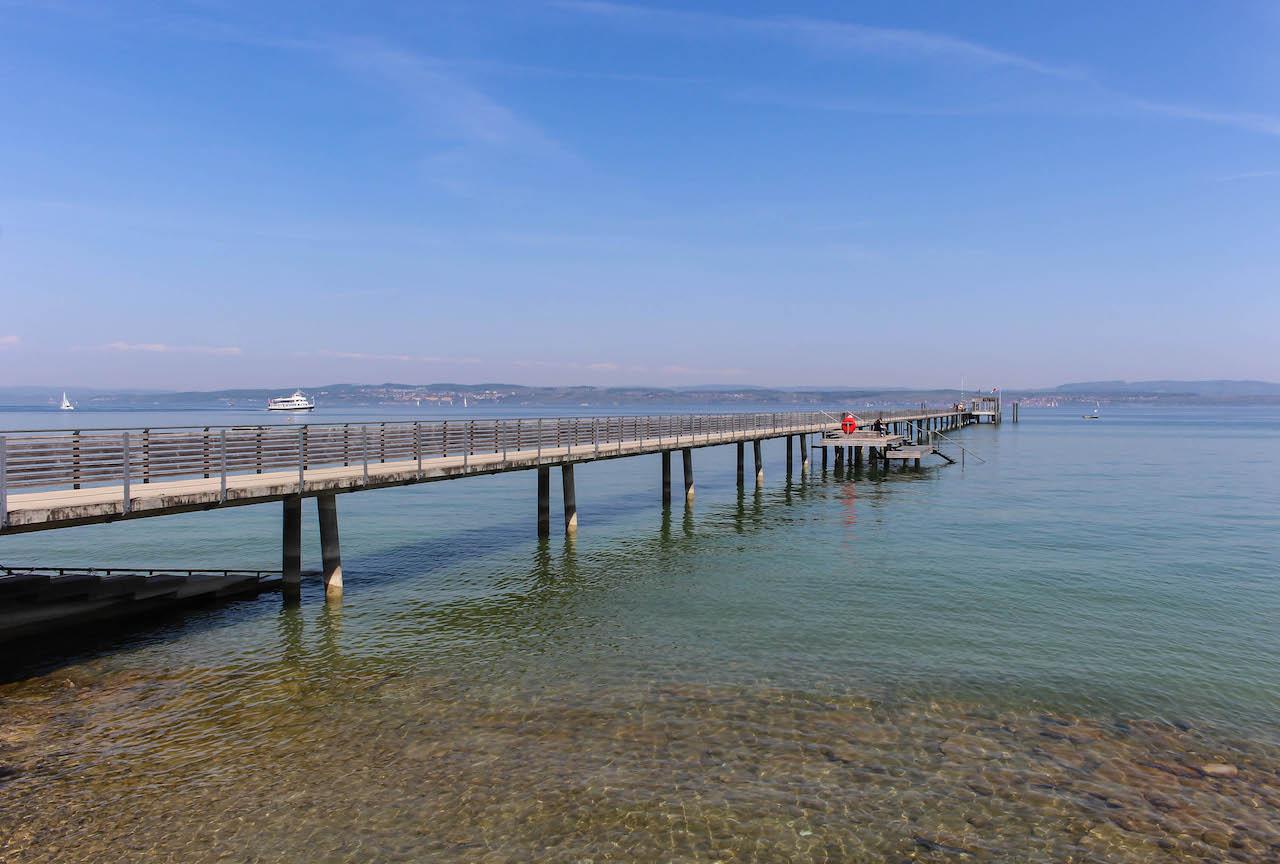 Altnau am Bodensee mit seinem langen Schiffsanlegesteg.