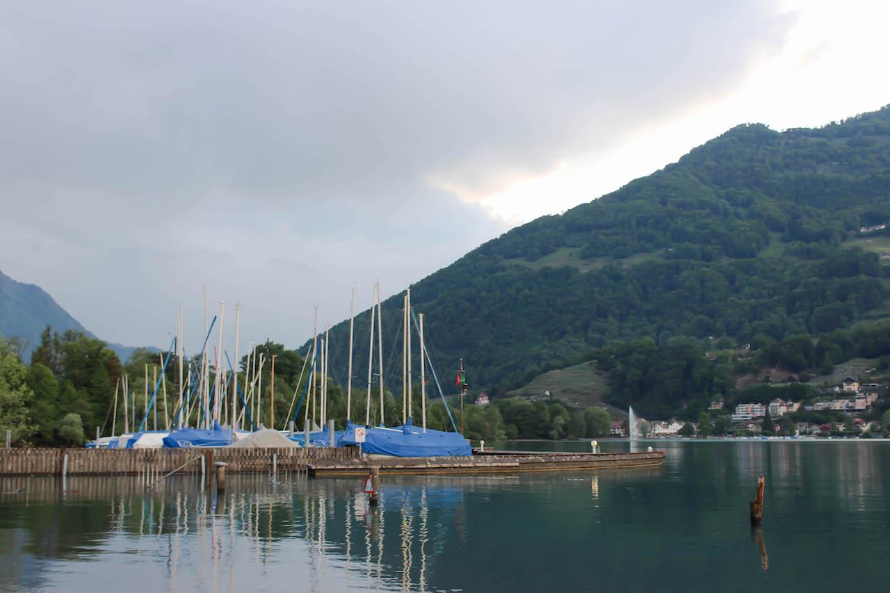 Der Campingplatz liegt direkt am Walensee.