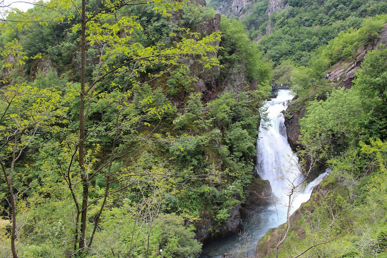 Eindrücklicher Wasserfall in Radavc.