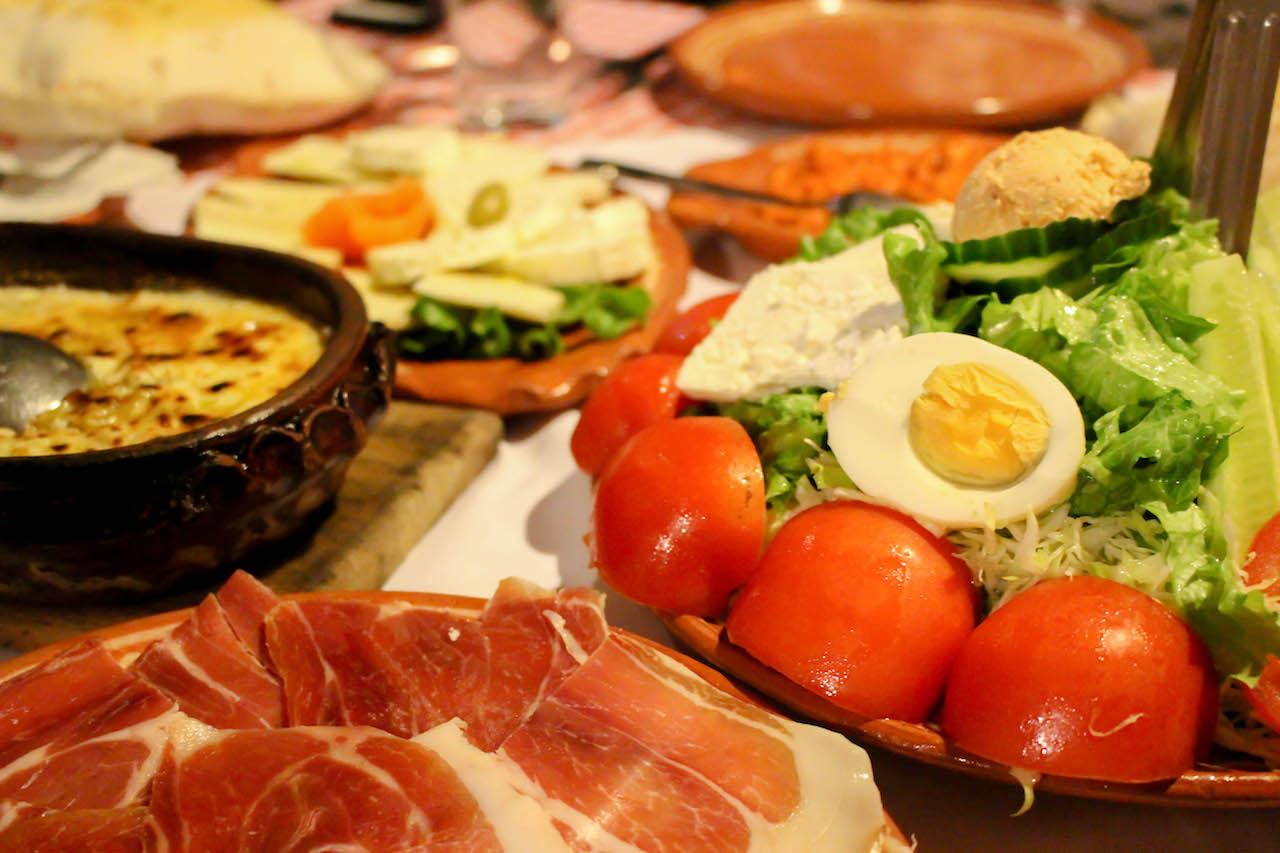 Im Kosovo gibts Essen vor allem in grossen Mengen!