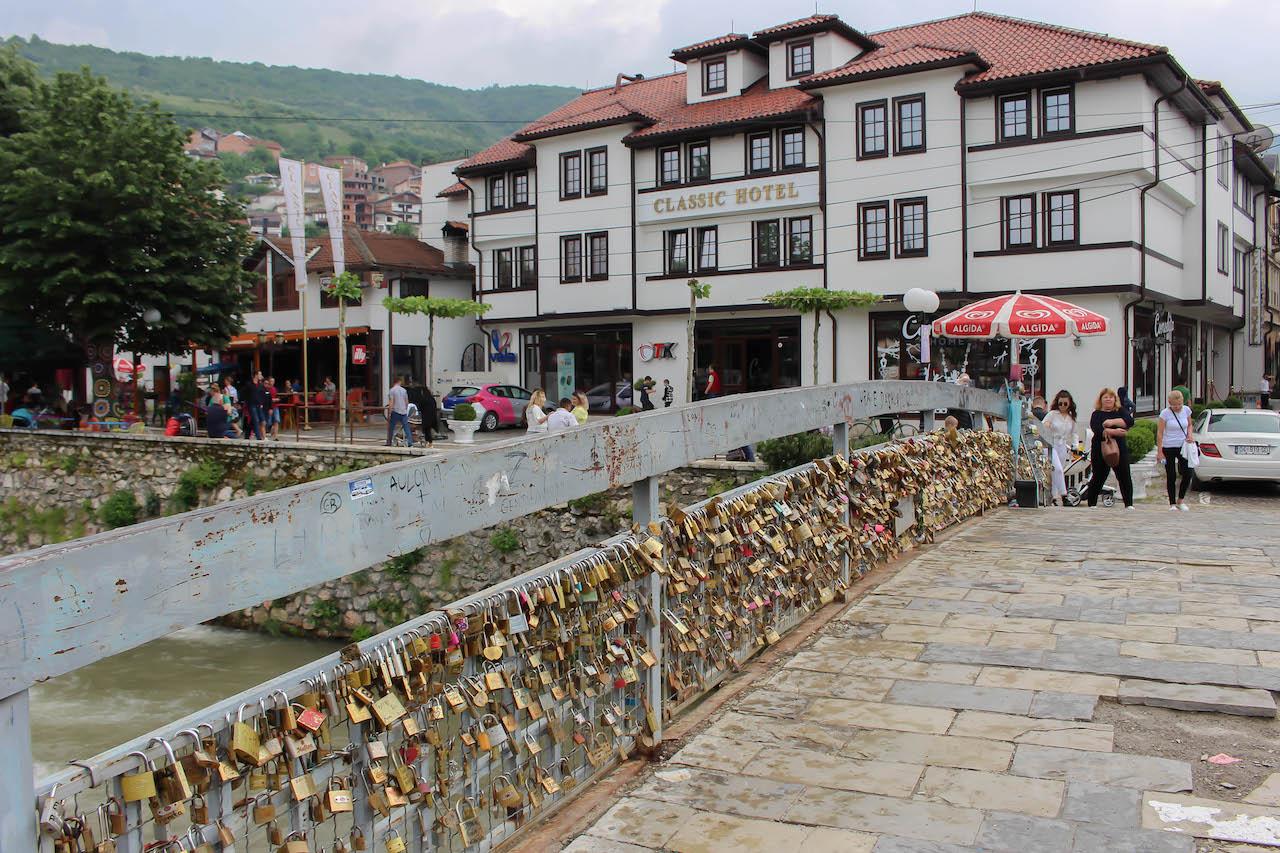 Prizren bietet gutes Essen, eine hübsche Innenstadt, viele Cafés und einiges an Kultur.