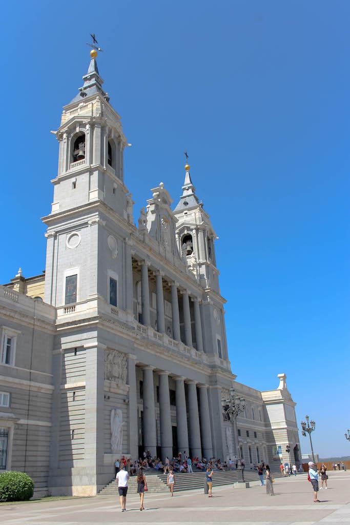 La Almudena, gleich gegenüber des Palacio Real.