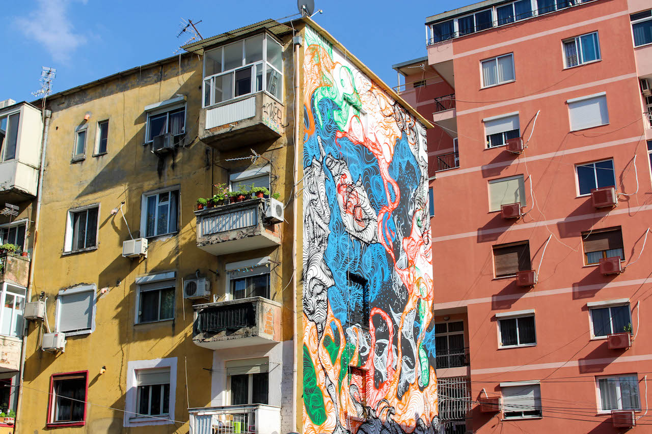 Bemalte Häuser in Tirana.