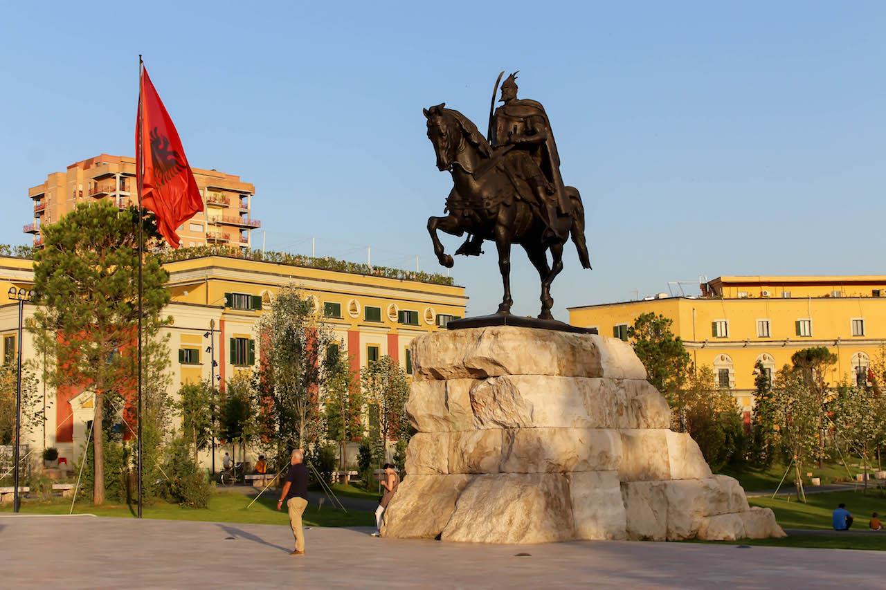 Das Skanderberg Denkmal darf auch in Tirana nicht fehlen.