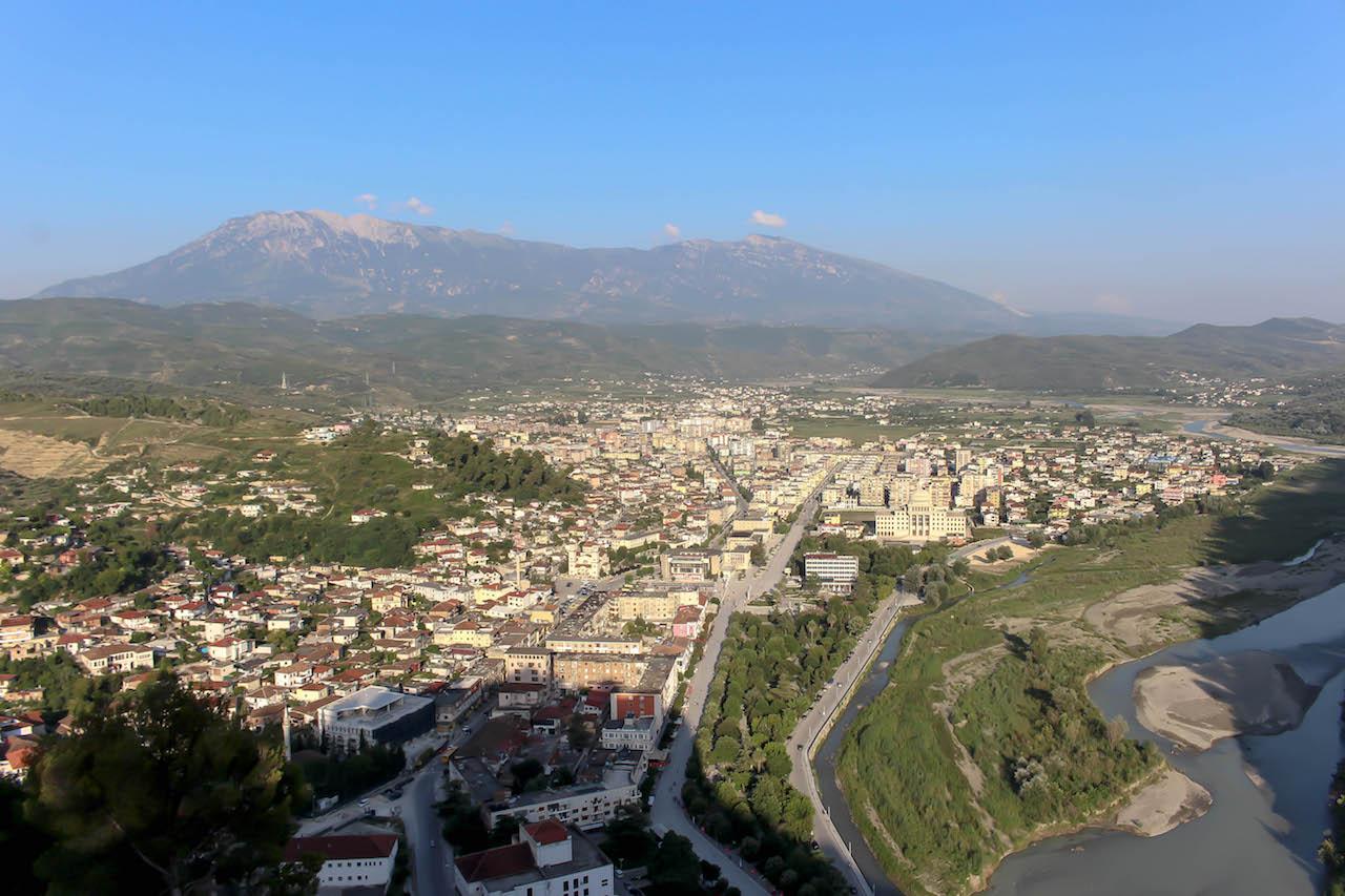 Sicht über Berat und den Boulevard der Republik.