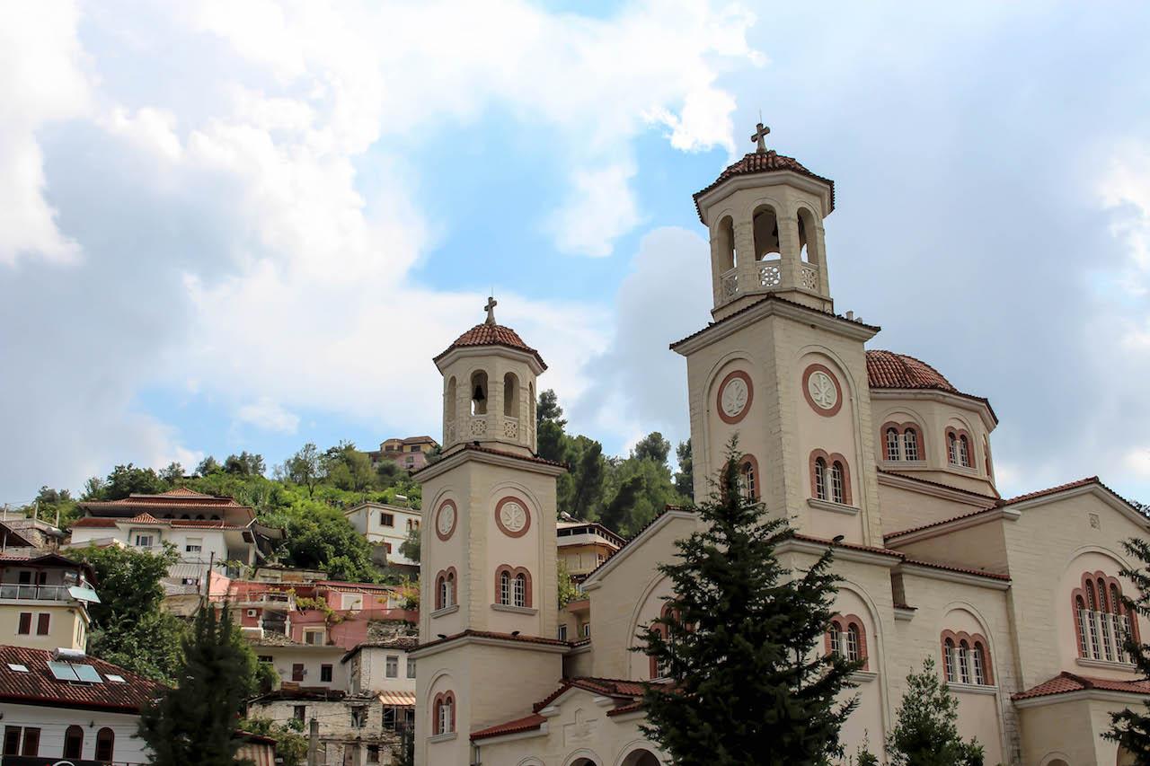 Egal ob Kirche oder Moschee, in Berat finden sich die Gotteshäuser direkt nebeneinander.