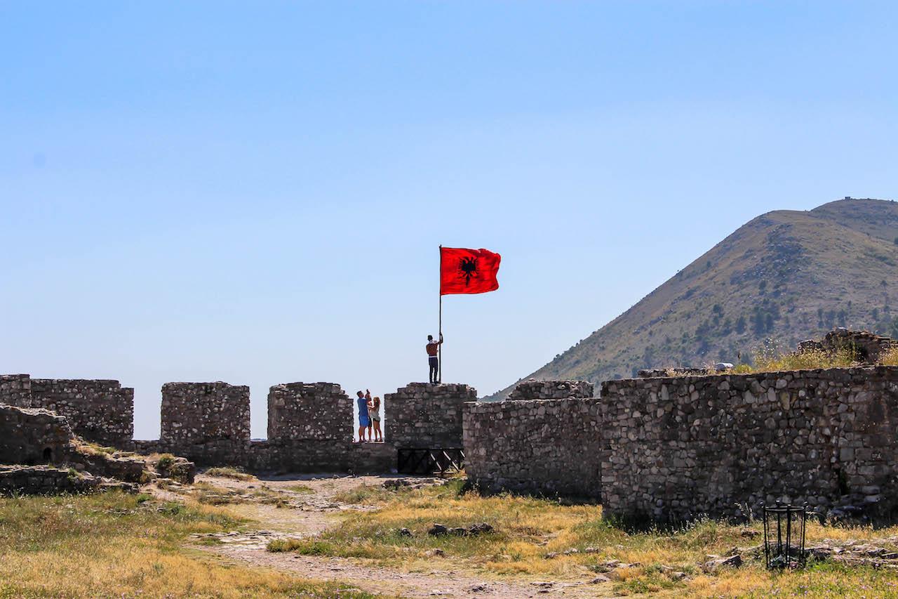 Die albanische Flagge weht überall.