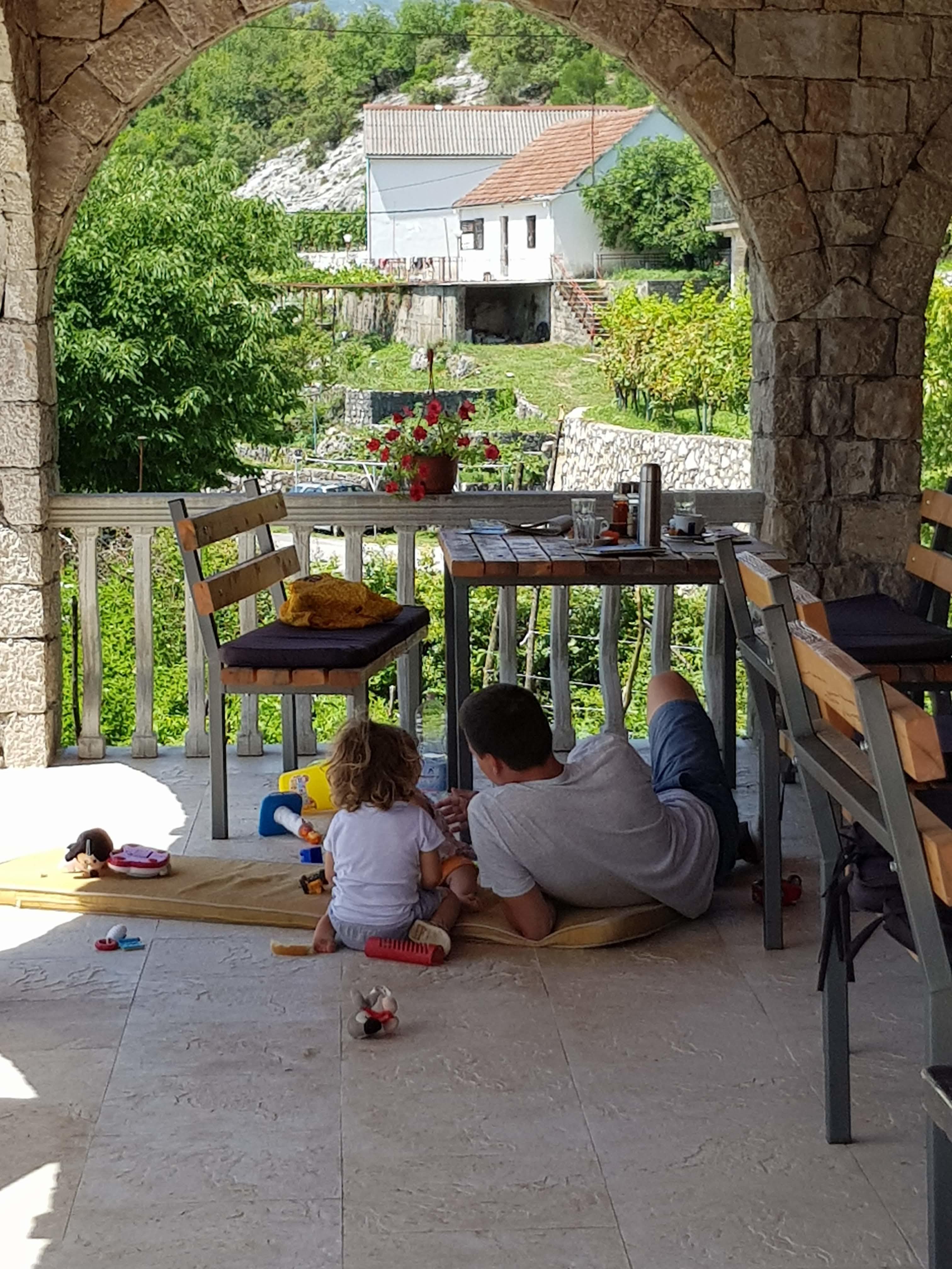 So äussert sich die albanische Kinderliebe im Restaurant.