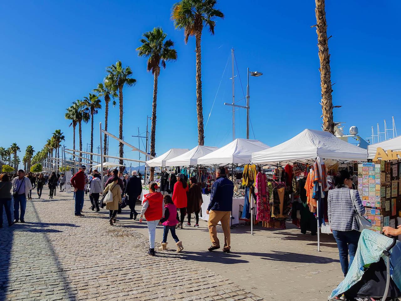 Buntes Markttreiben in Málaga.