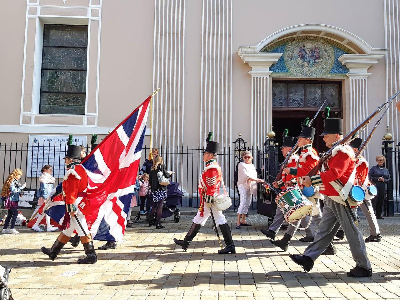 Soldaten tragen den Union Jack durch die Strasse.