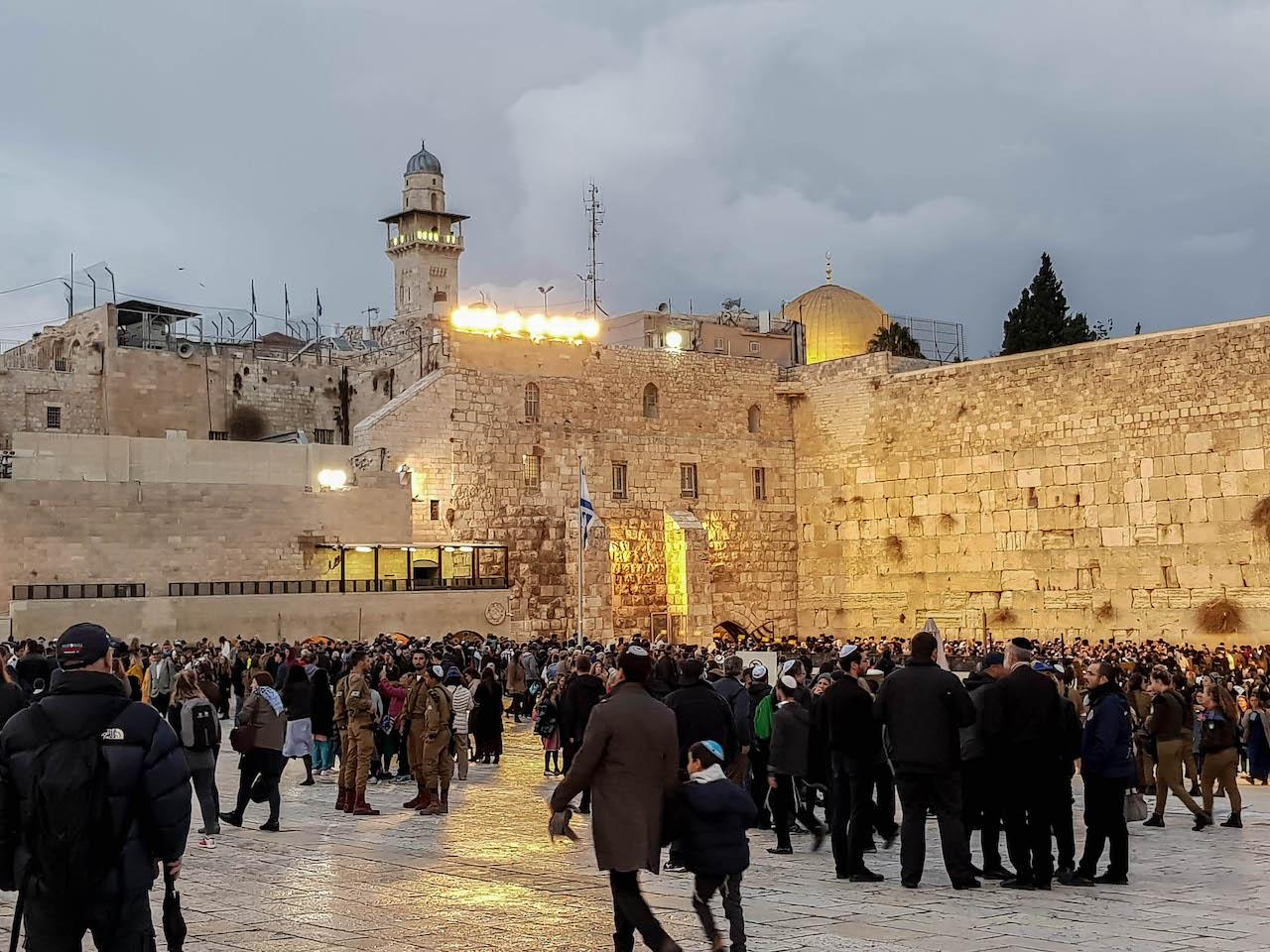Die Klagemauer in Jerusalem bei Nacht.