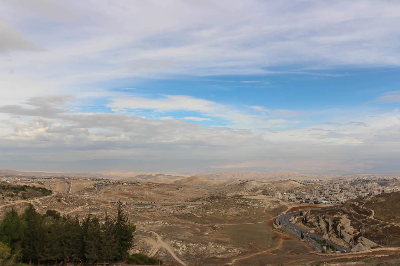 Blick über die Wüste Israels mit dem Toten Meer.