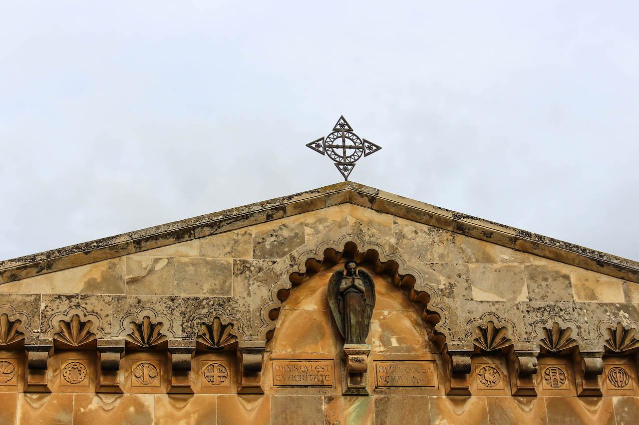 Kirche mit Kreuz.