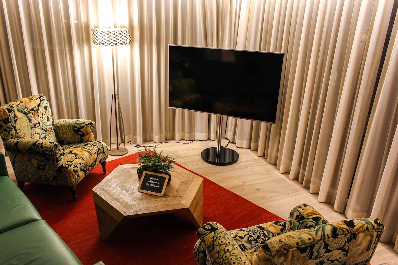 Sofa mit Fernsehecke.