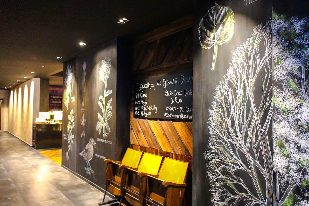 Korridor mit Sesseln im Hotel Valsana.