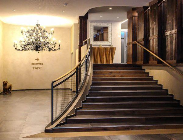 Treppe im Eingangsbereich des Hotel Valsana.
