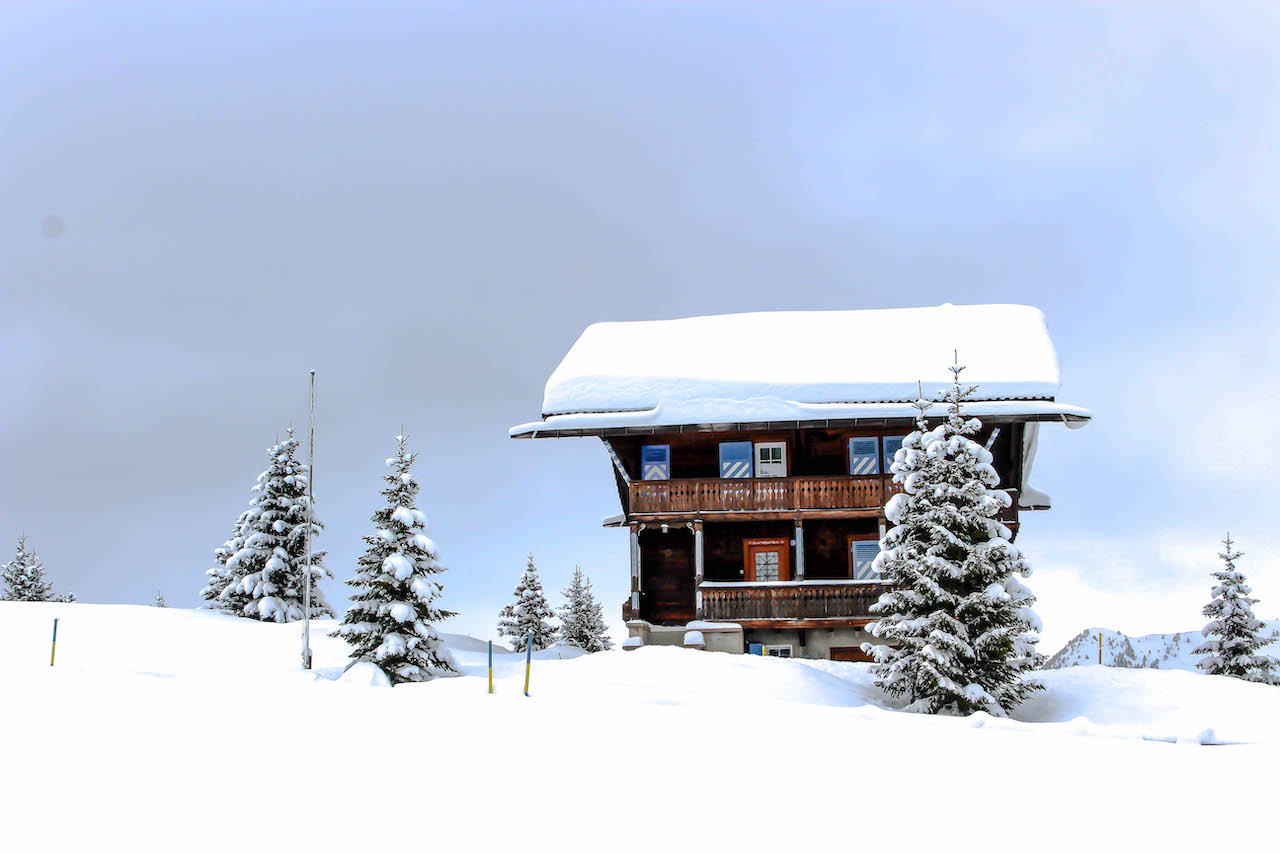 Haus mit viel Schnee auf dem Dach.