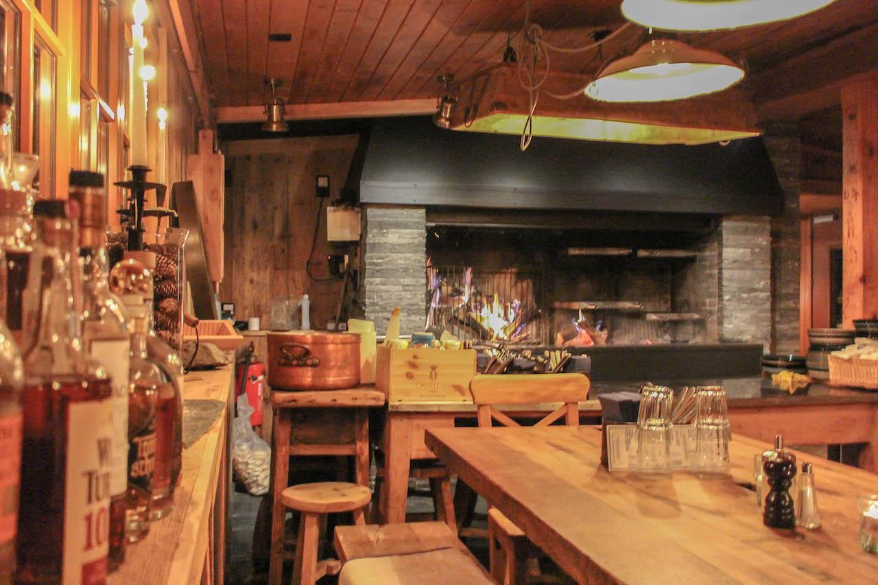 Kamin und Tische im Restaurant Alpenblick.