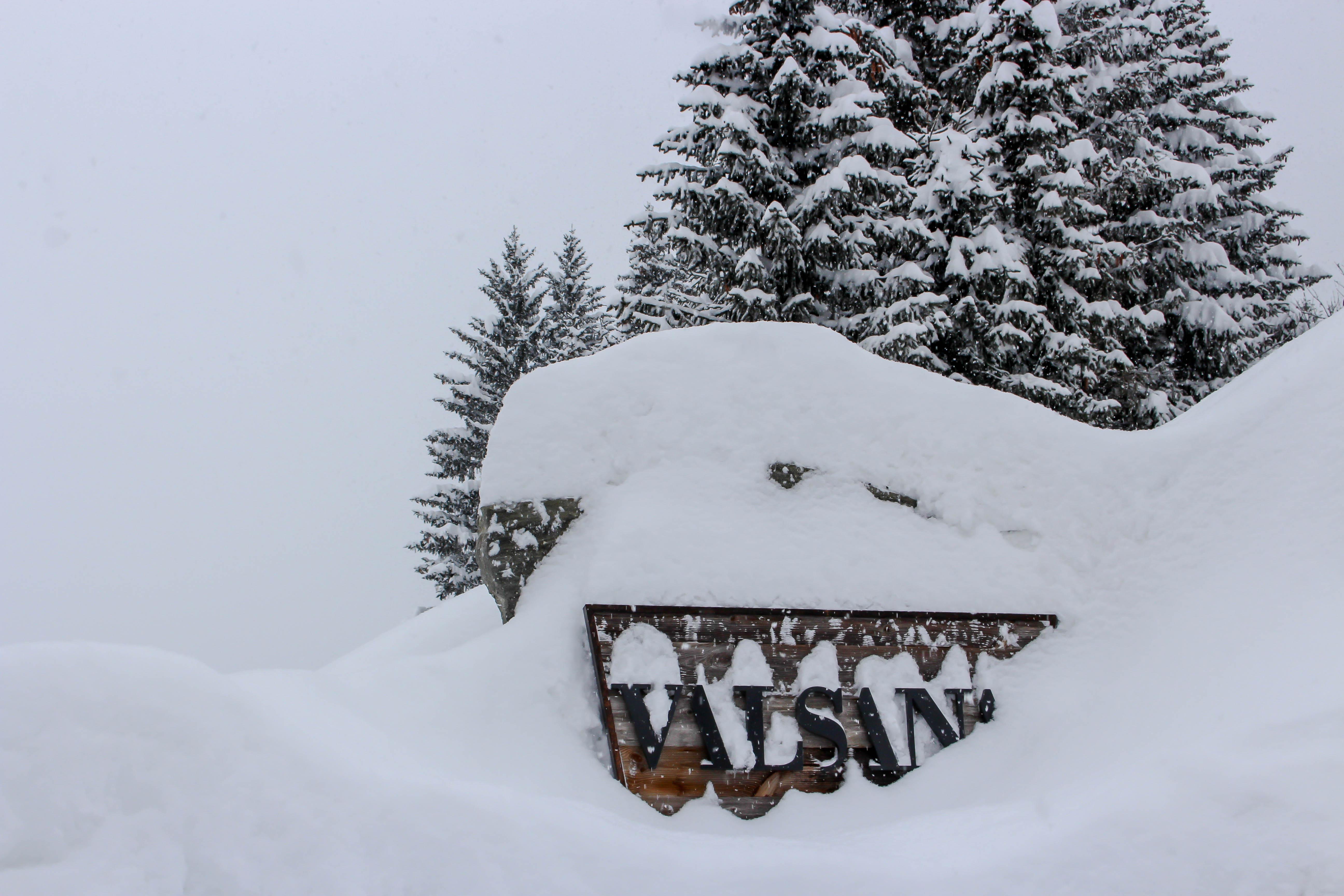 Draussen ein eingeschneites Schild des Hotel Valsanas.