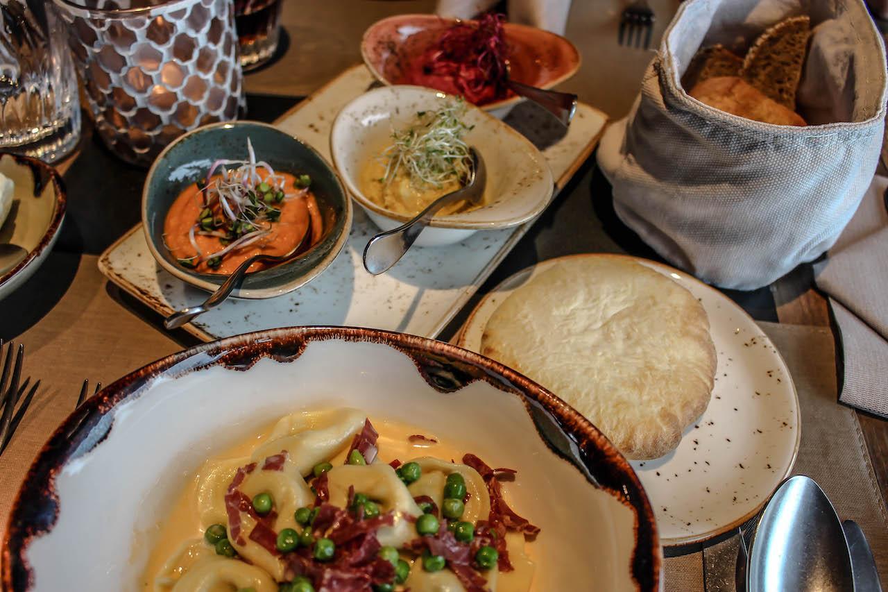 Tisch mit Essen im Restaurant Twist.