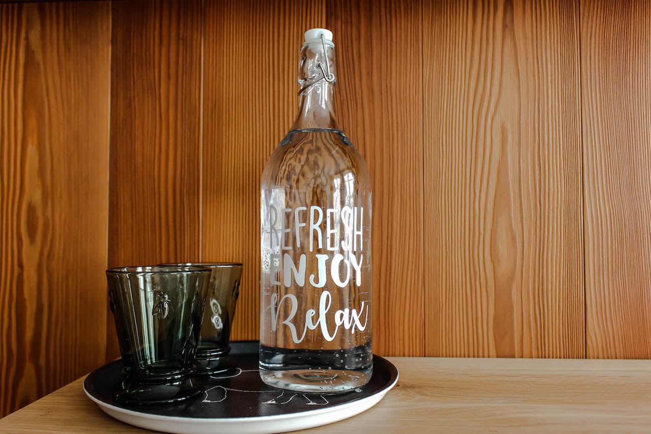 Wasserflasche zum Nachfüllen im Zimmer.