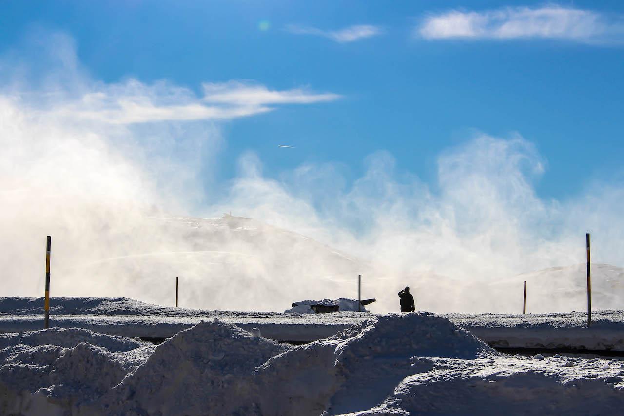 Schneegestöber durch einen landenden Helikopter.