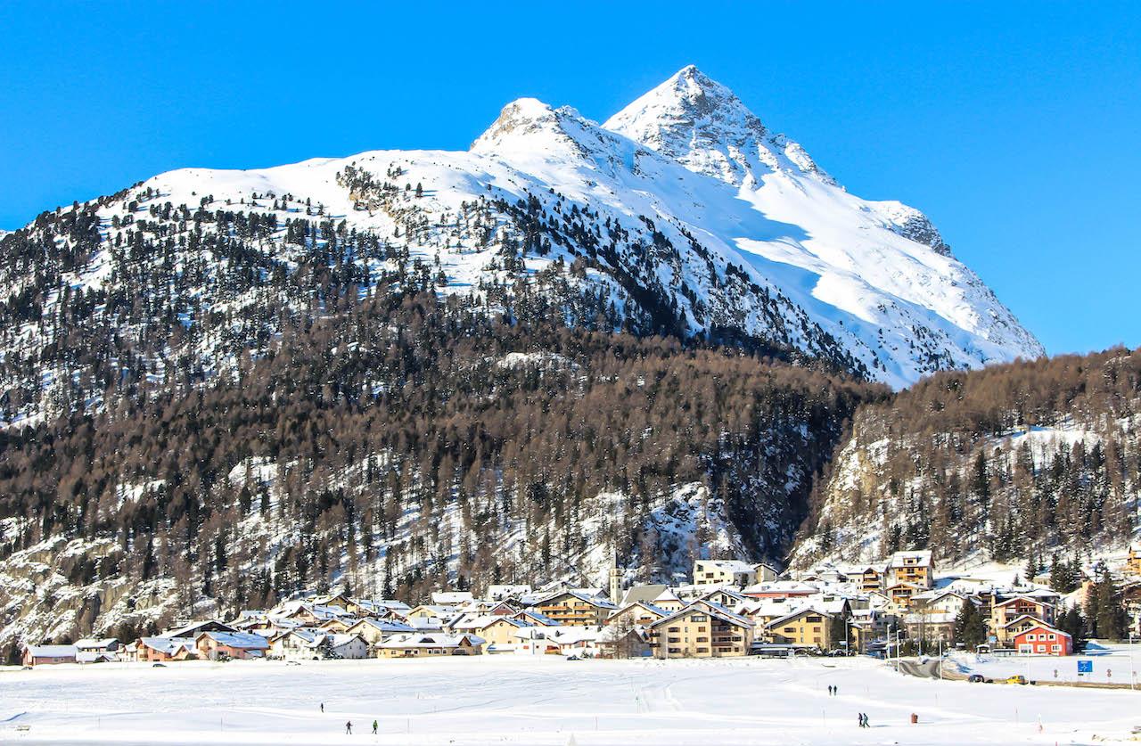 Das Dorf Silvaplana mit den Bergen im Hintergrund.