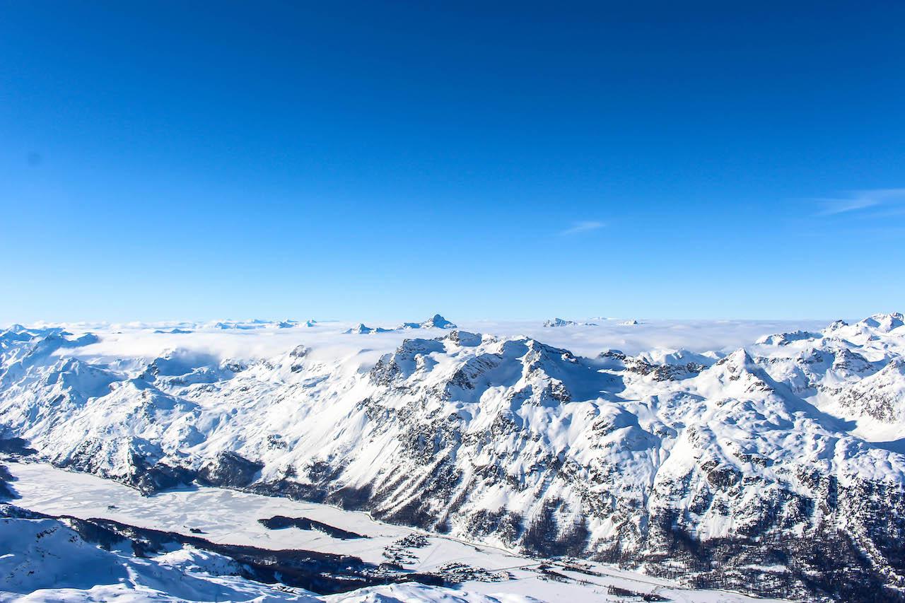 Blick vom Piz Corvatsch über die Bündner Berge.