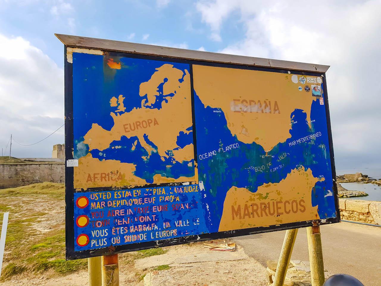 Schild mit Karte der Strasse von Gibraltar.