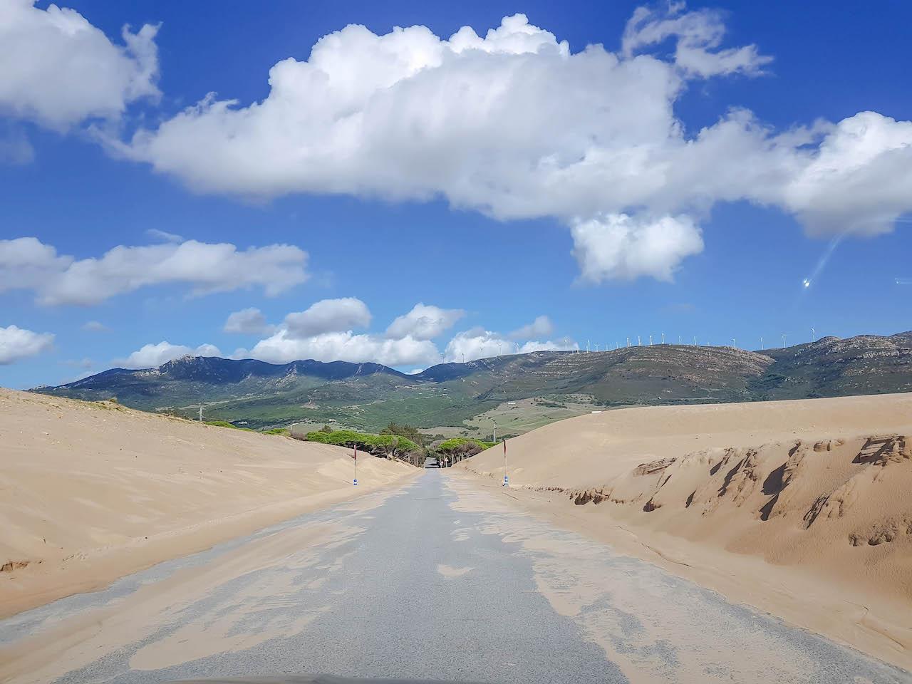 Wir fahren mitten durch die Sanddünen!