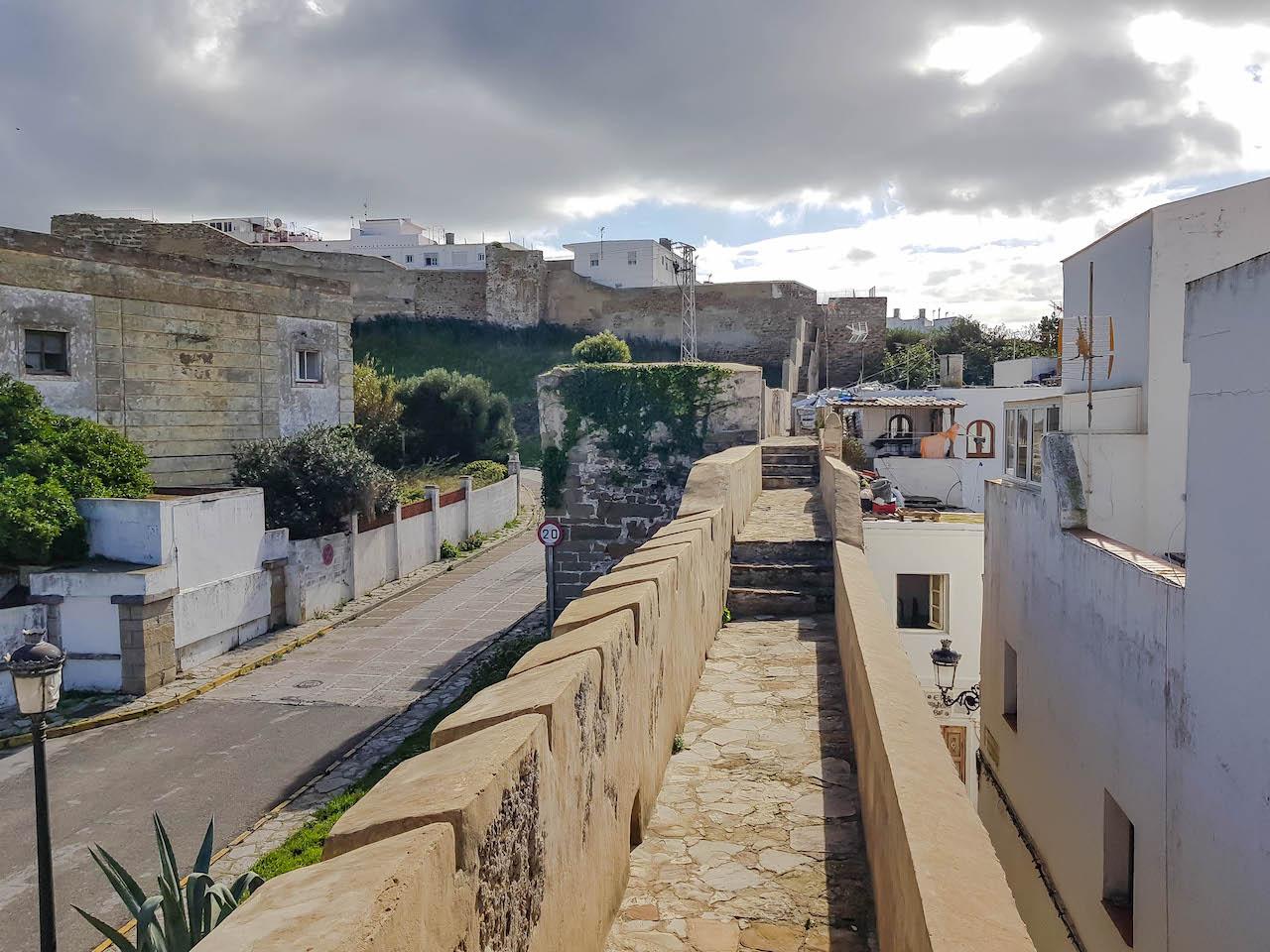 Die Stadtmauer von Tarifa.