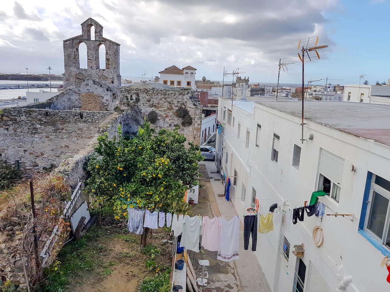 Blick auf Wäscheleine von der alten Stadtmauer in Tarifa.