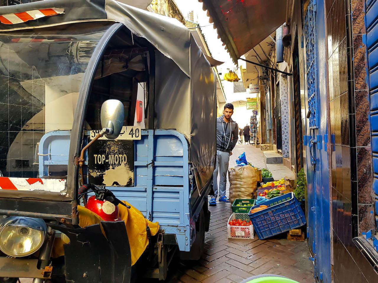 Es finden sich aber auch in Tanger typisch marokkanische Szenen.