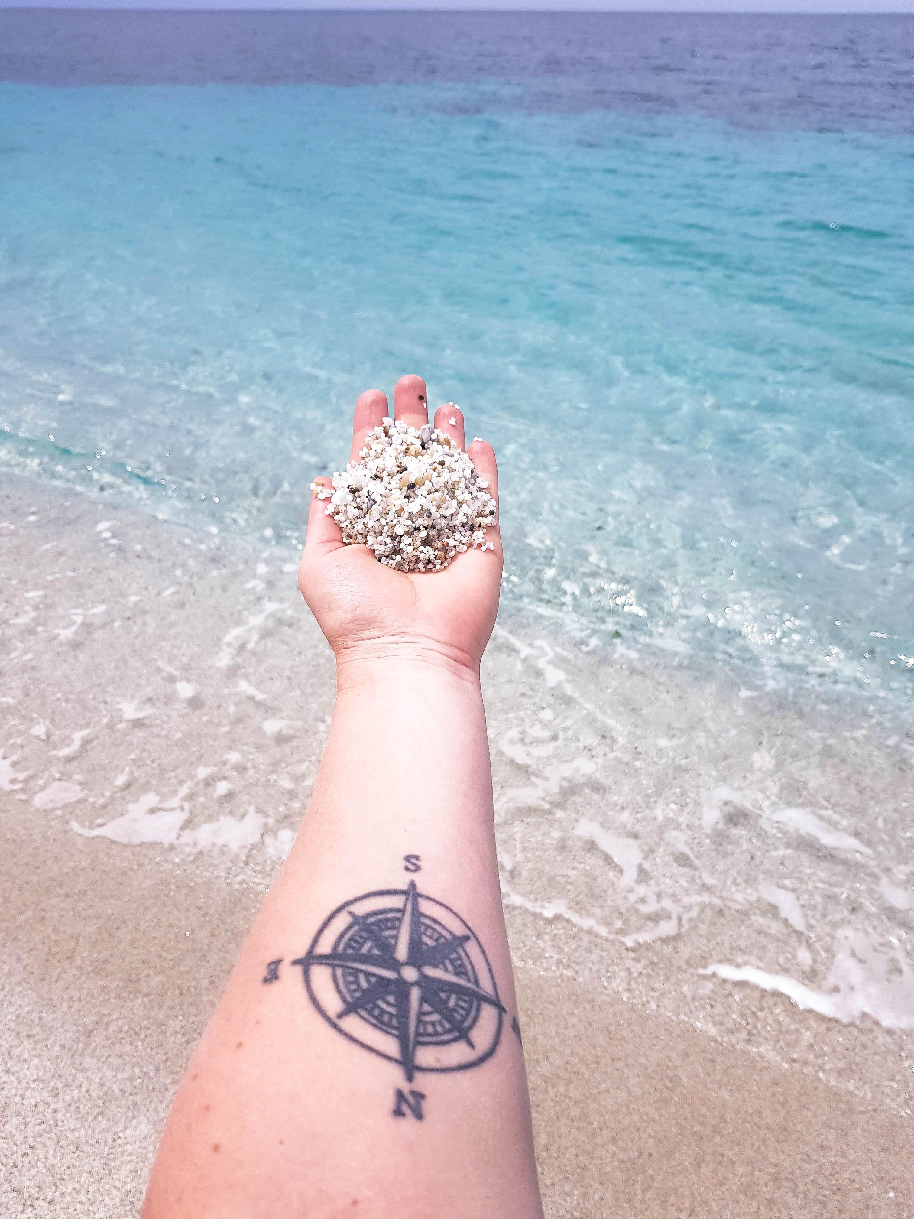 Ein Strand aus Quarzsteinen und türkisblaues Wasser - so schön ist Is Arutas.
