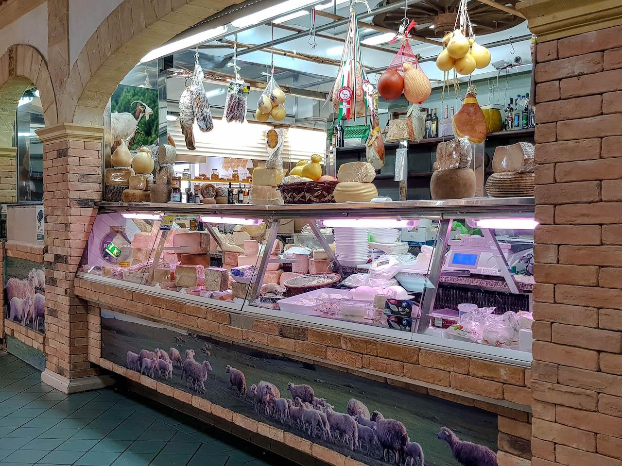 Frischer Käse, viel Früchte und Gemüse auf dem San Benedetto Markt.