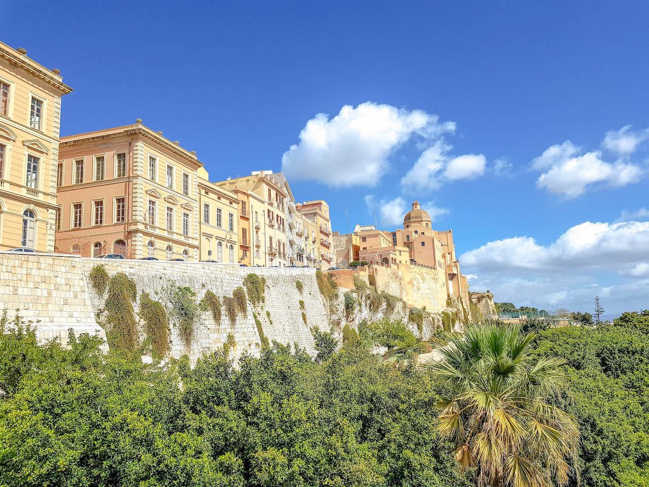 Blick auf die alte Stadtmauer von der Bastione di Saint Remy.