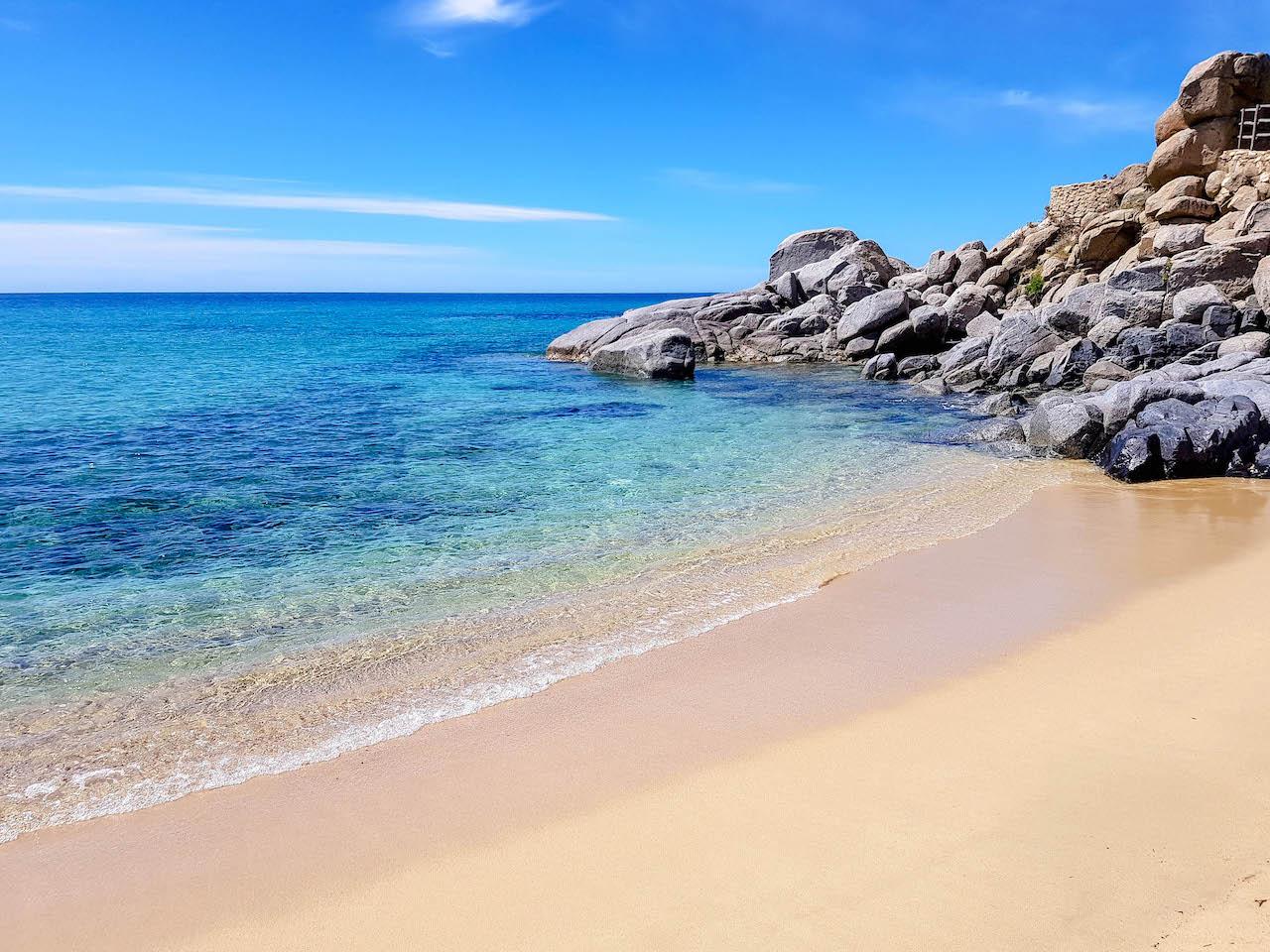 Der Strand von Solanas im Süden Sardiniens.