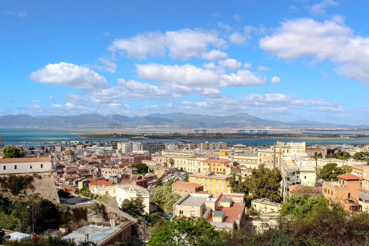 Blick von der Piazza Arsenale über Cagliari.