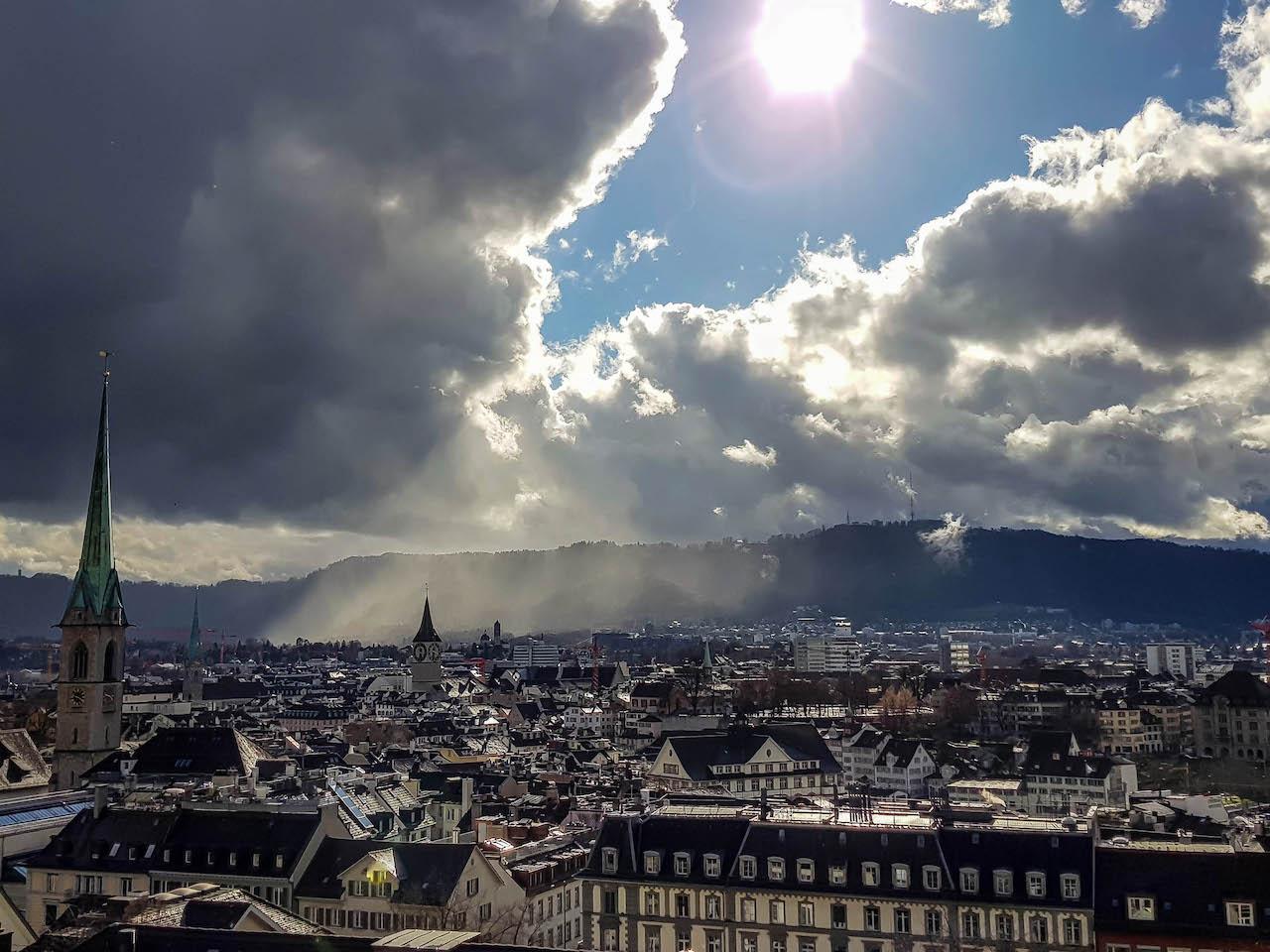 Wetterwechsel in Zürich, gesehen von der Polyterrasse.