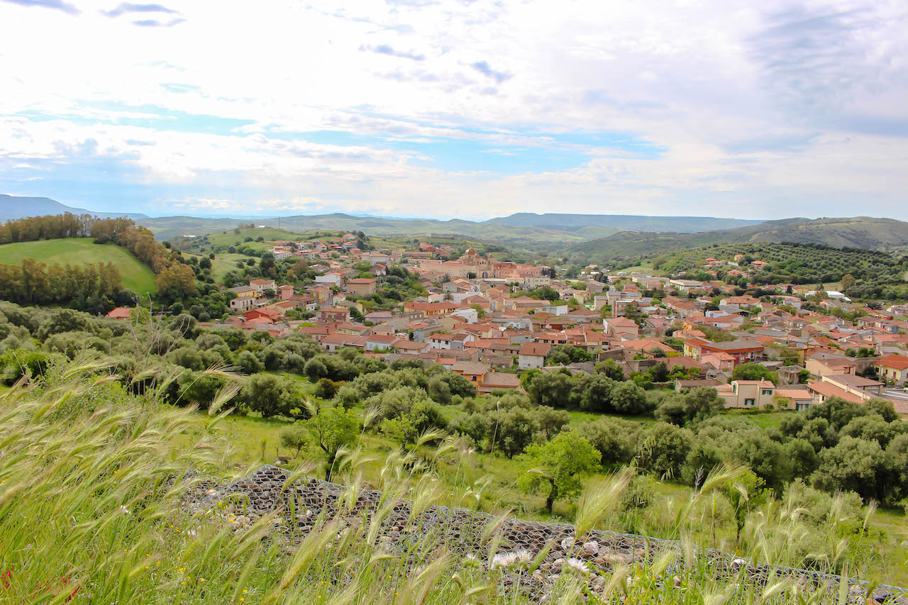 Ausblicke auf kleine Ortschaften auf Sardinien.